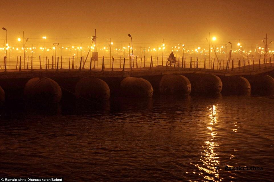Choáng ngợp trước mạng lưới cầu phao khổng lồ trên sông Hằng, Ấn Độ 9