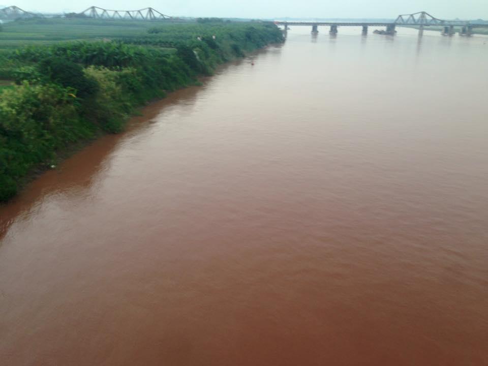 Bức ảnh nước sông Hồng chuyển màu đỏ gây xôn xao 2
