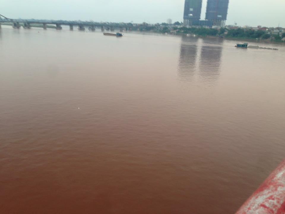 Bức ảnh nước sông Hồng chuyển màu đỏ gây xôn xao 3