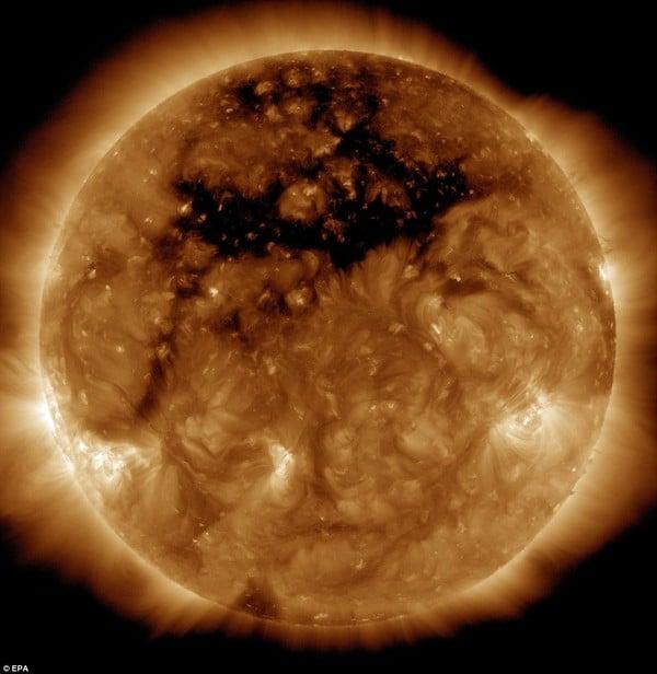 Xuất hiện lỗ hổng lớn gấp 50 lần Trái Đất trên Mặt Trời 1