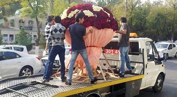Chàng trai dùng xe tải chở bó hoa 1.000 bông tặng bạn gái  1