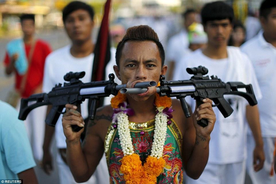 """Những hình ảnh """"nhức mắt"""" trong lễ ăn chay hành xác tại Phuket, Thái Lan 10"""