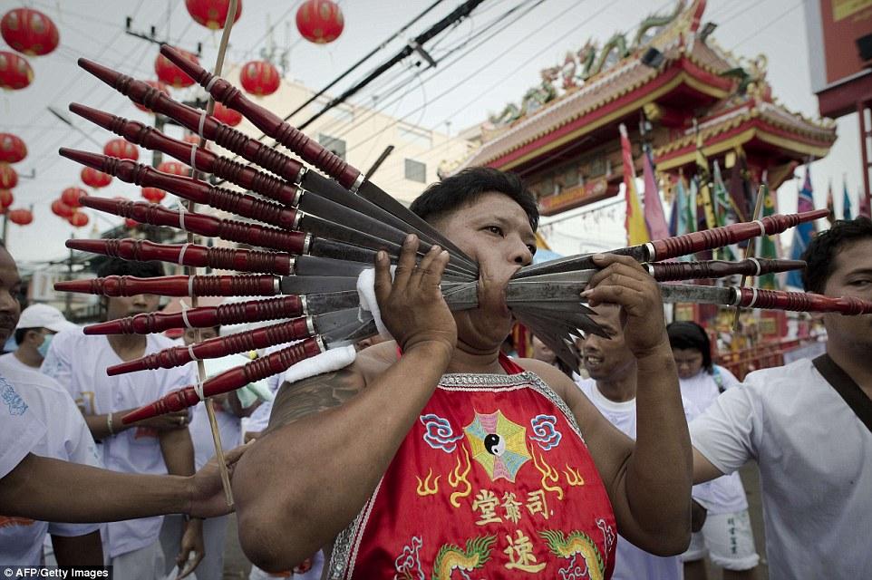 """Những hình ảnh """"nhức mắt"""" trong lễ ăn chay hành xác tại Phuket, Thái Lan 6"""