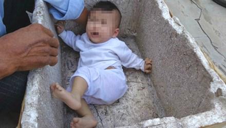 Xót xa bé gái 6 tháng tuổi đáng yêu bị bỏ rơi trong thùng xốp 1