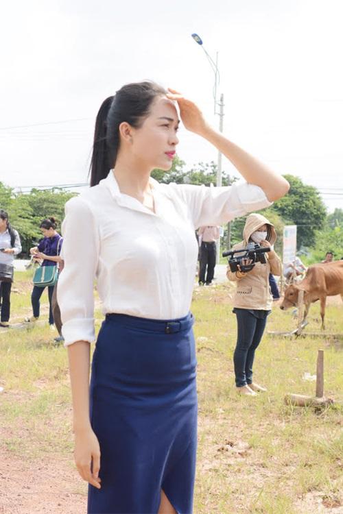 Á hậu Lệ Hằng trao bò cho người nghèo tại Long An 2