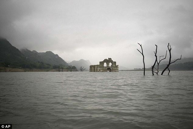 Nhà thờ 400 năm lộ diện khi hồ cạn nước 6