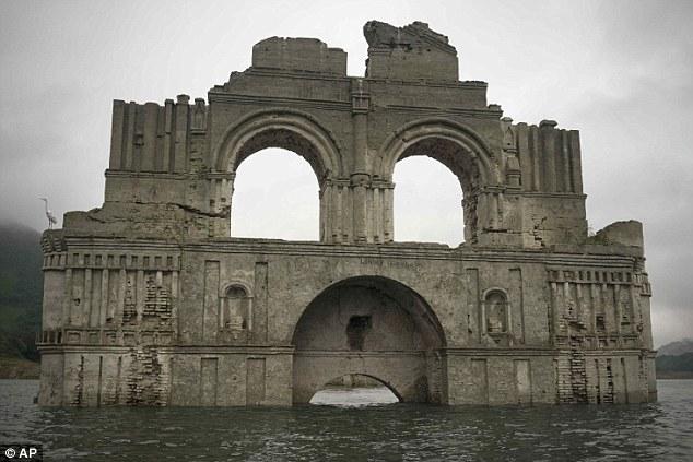 Nhà thờ 400 năm lộ diện khi hồ cạn nước 1