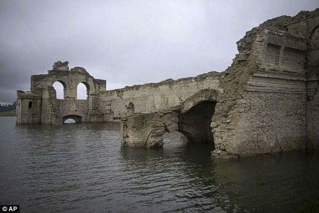 Nhà thờ 400 năm lộ diện khi hồ cạn nước 5