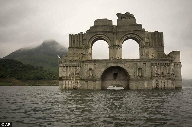 Nhà thờ 400 năm lộ diện khi hồ cạn nước 2