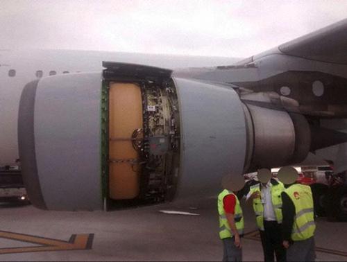 Máy bay bị rơi vỏ động cơ vẫn thản nhiên bay 1