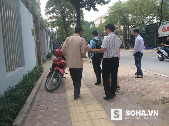 Người đàn ông ôm bụng đi khắp các con đường Hà Nội 11