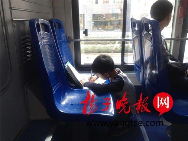 Bức ảnh bé trai làm bài trên xe buýt 'dậy sóng' cư dân mạng 1