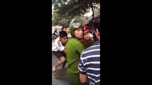 Clip: Gần 10 thanh niên giằng co chiếc xe máy với cảnh sát 1