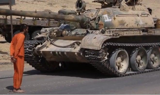 IS tung video hành quyết tù nhân bằng xe tăng 1