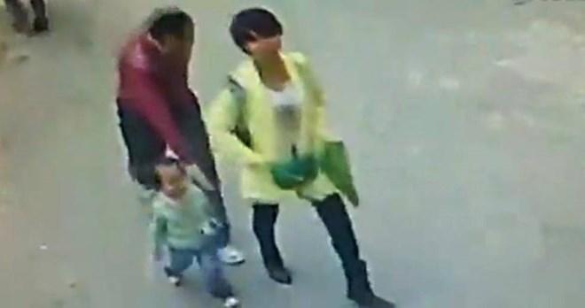 Liều lĩnh bắt cóc bé gái ngay sau lưng mẹ giữa phố 1