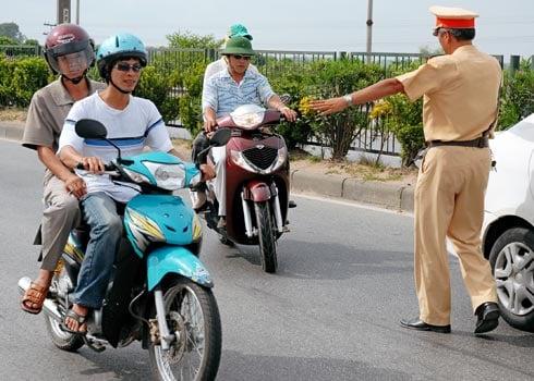 Hình ảnh Cảnh sát giao thông Thanh Hóa gắn camera trên mũ khi tuần tra số 1