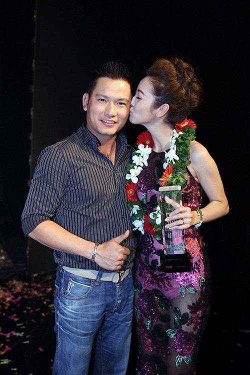 Jennifer Phạm, Thủy Tiên hôn ông xã đắm đuối nơi đông người 1