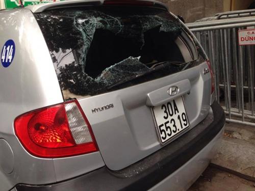 Video: Gây tai nạn rồi bỏ chạy, tài xế taxi bị dân lột áo hành hung 1
