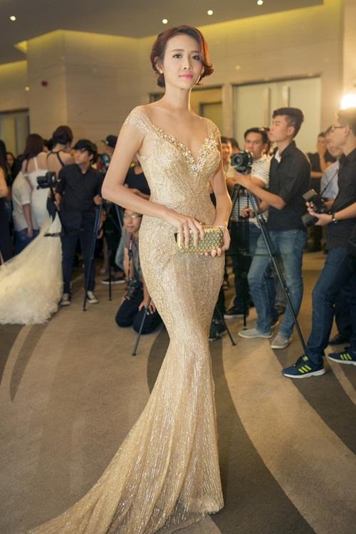 Sao Việt mặc đẹp tuần qua: Ngọc Trinh diện bộ váy đính lông vũ mềm mại, nữ tính 5
