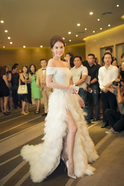 Sao Việt mặc đẹp tuần qua: Ngọc Trinh diện bộ váy đính lông vũ mềm mại, nữ tính 1