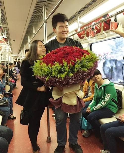 Cầu hôn bạn gái trên toa tầu được trang trí lãng mạn 3