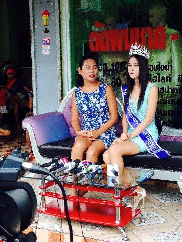 Hoa hậu Thái Lan qùy lạy mẹ bị tố gian dối học vấn 4