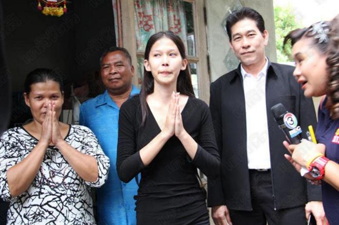 Hoa hậu Thái Lan qùy lạy mẹ bị tố gian dối học vấn 3