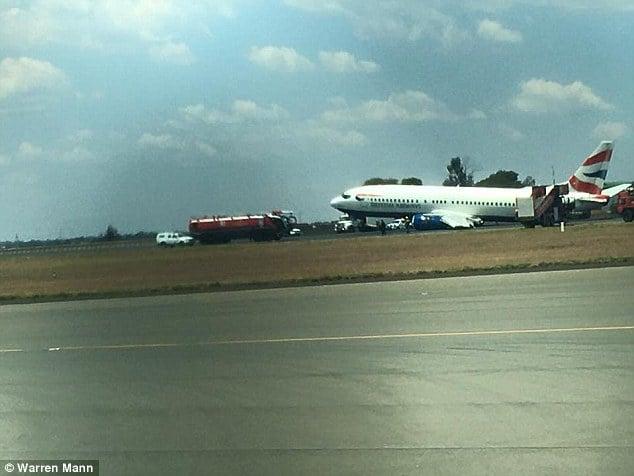 Máy bay bị rơi bánh xe và phải tiếp đất bằng bụng 3