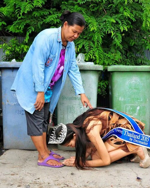 Hoa hậu Thái Lan qùy lạy mẹ bị tố gian dối học vấn 1