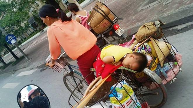 Clip mẹ chở con ngủ gật trên xe máy khiến độc giả Anh