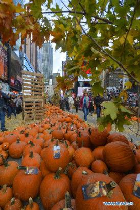 """""""Con đường bí ngô"""" vàng rực cho Halloween ở Times Square, New York 2"""