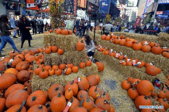 """""""Con đường bí ngô"""" vàng rực cho Halloween ở Times Square, New York 4"""