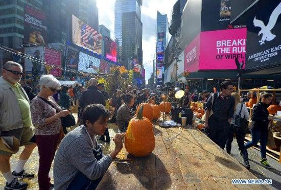 """""""Con đường bí ngô"""" vàng rực cho Halloween ở Times Square, New York 7"""