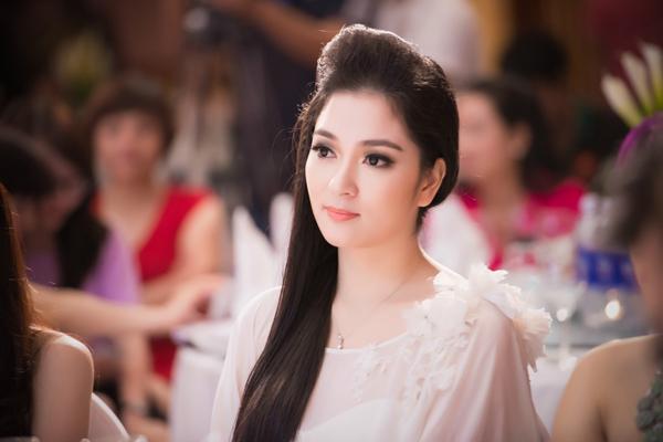Hoa hậu đẹp nhất Việt Nam - Nguyễn Thị Huyền khoe giọng hát 1