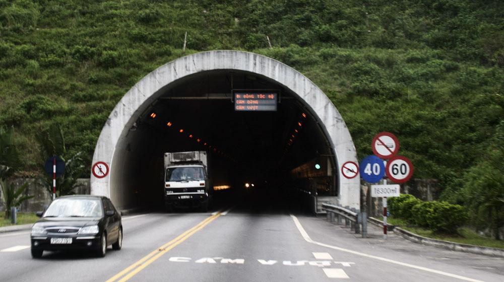 Không bật đèn khi qua hầm, ôtô bị phạt bao nhiêu 1