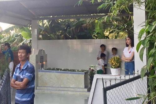 Facebook sao Việt: Ngọc Trinh lặng lẽ, suy tư viếng mộ mẹ 2