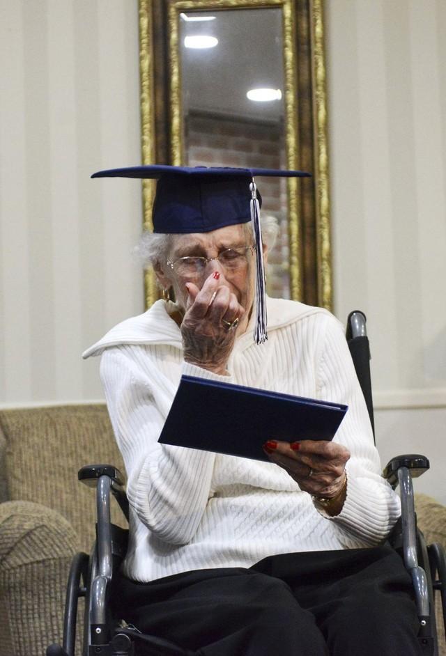 Cụ bà 97 tuổi rơi nước mắt trong buổi nhận bằng tốt nghiệp THPT 1