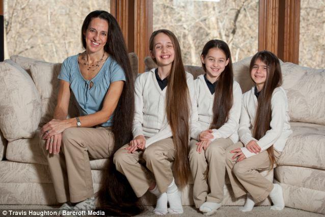 Bốn mẹ con có mái tóc dài kỷ lục 1