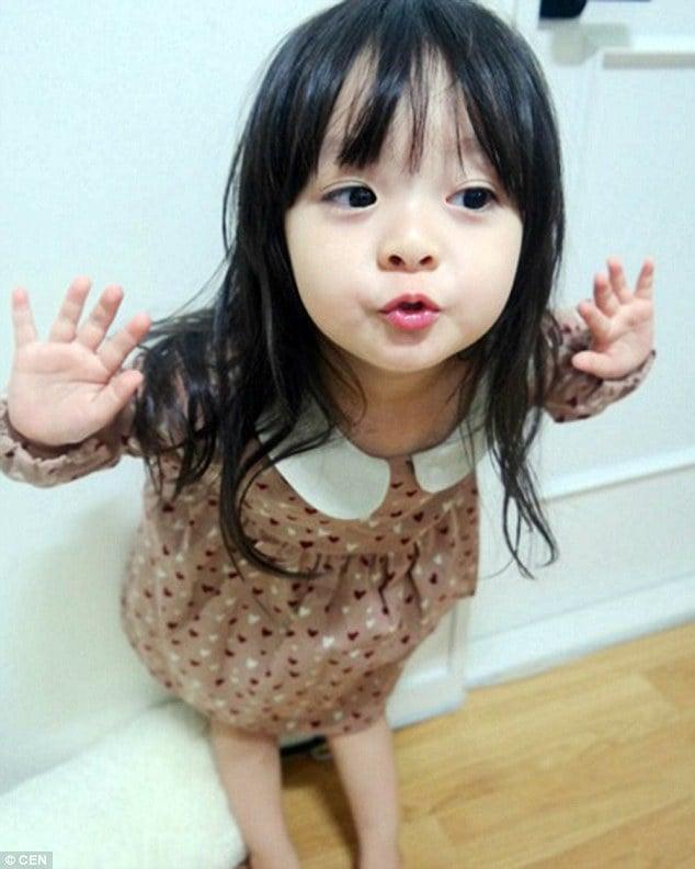 """Bé gái 3 tuổi nổi tiếng trên mạng vì quá """"kute"""" 11"""