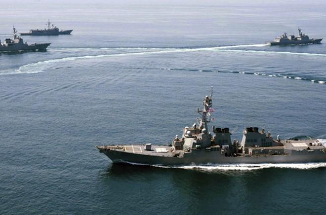 Tàu chiến Mỹ bị tàu buôn TQ vượt mũi khi tuần tra Biển Đông 1