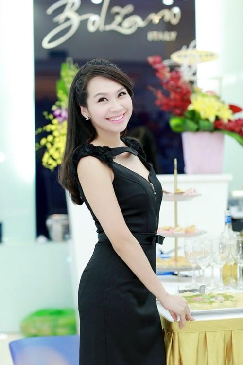 Lê Anh hào hứng hội ngộ dàn MC Hà Nội tại sự kiện 11