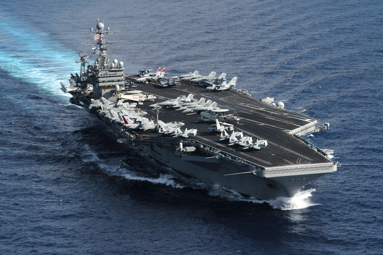Bộ trưởng Quốc phòng Mỹ thăm tàu sân bay ở Biển Đông 1