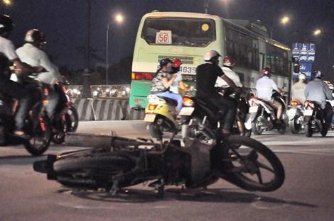 Xe máy va chạm với xe buýt, cô gái trẻ tử vong 1