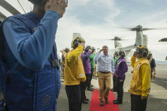 Hình ảnh Chùm ảnh: Bộ trưởng Quốc phòng Mỹ thăm tàu sân bay ở Biển Đông số 2
