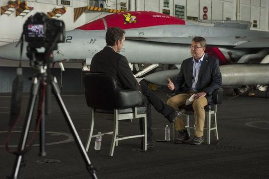 Hình ảnh Chùm ảnh: Bộ trưởng Quốc phòng Mỹ thăm tàu sân bay ở Biển Đông số 4