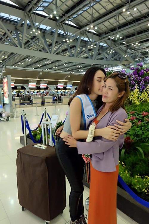 Á hậu 2 Thái Lan quỳ gối để mẹ giẫm chân lên đầu 4