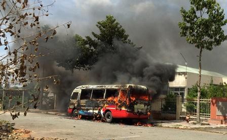 Xe buýt bốc cháy dữ dội khi đậu bên đường 1