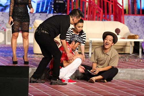 Trường Giang bất ngờ khi được Nhã Phương ôm hôn trên sân khấu 12