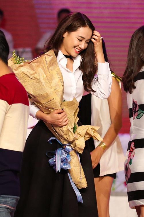 Trường Giang bất ngờ khi được Nhã Phương ôm hôn trên sân khấu 16