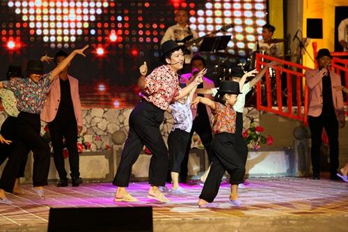 Trường Giang bất ngờ khi được Nhã Phương ôm hôn trên sân khấu 8